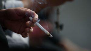 Курильщики «теряют больше лет жизни» из-за своей пагубной привычки, нежели чем от ВИЧ-инфекции
